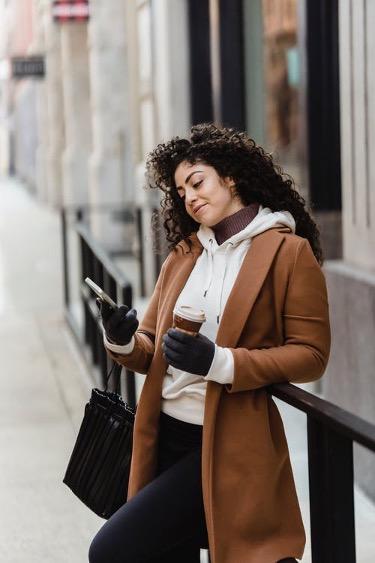 Erityisesti naispelaajat nauttivat mobiilipelaamisesta. Tämä kasvattaakin nettikasinoiden painetta kehittää myös laadukkaita mobiilikasinopalveluita.